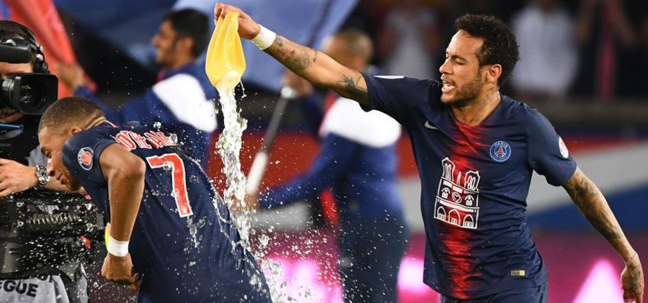 Bei der PSG-Titelparty gab es für Mbappe eine Dusche von Teamkollege Neymar.