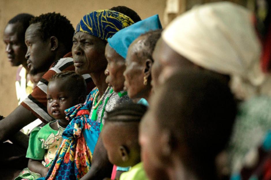 Patienten warten in einer Klinik des Roten Kreuzes auf Behandlung. (Symbolfoto)