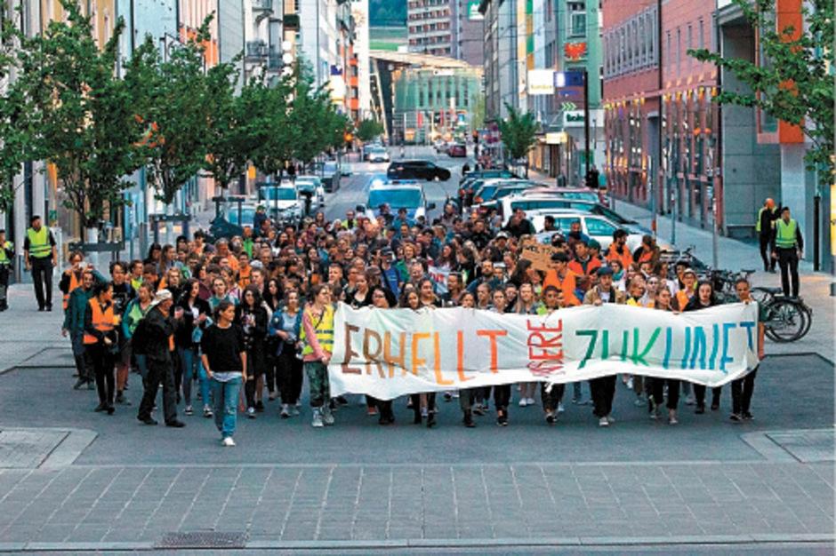 """""""Erhellt die Welt"""" lautete das Motto gestern Abend in der Innsbrucker Innenstadt: Im Rahmen des weltweit begangenen """"Earth Day"""" baten die Organisatoren von """"Fridays For Future Innsbruck"""" zu einem Lichtermeer."""