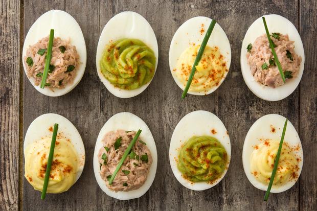 Eier werden mit Thunfisch, Avocado oder Currycreme (v.l.) gefüllt.