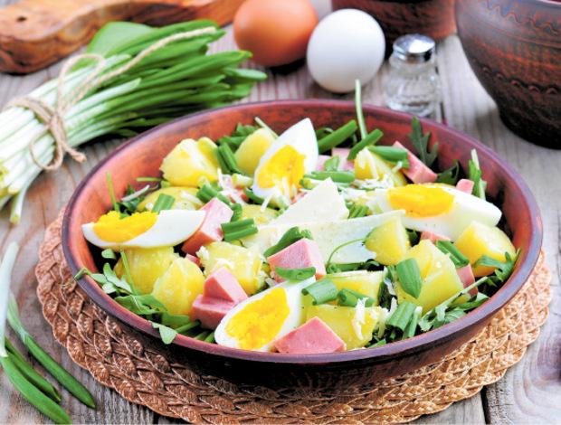 Im Salat verschwinden die Reste von Ei und Osterschinken.