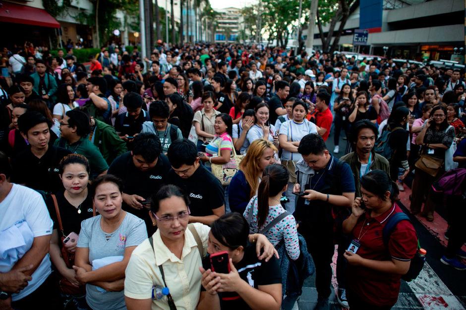 In der Großregion Metro Manila um die philippinische Hauptstadt herum flohen Menschen laut Berichten aus Büros und Geschäftsgebäuden.