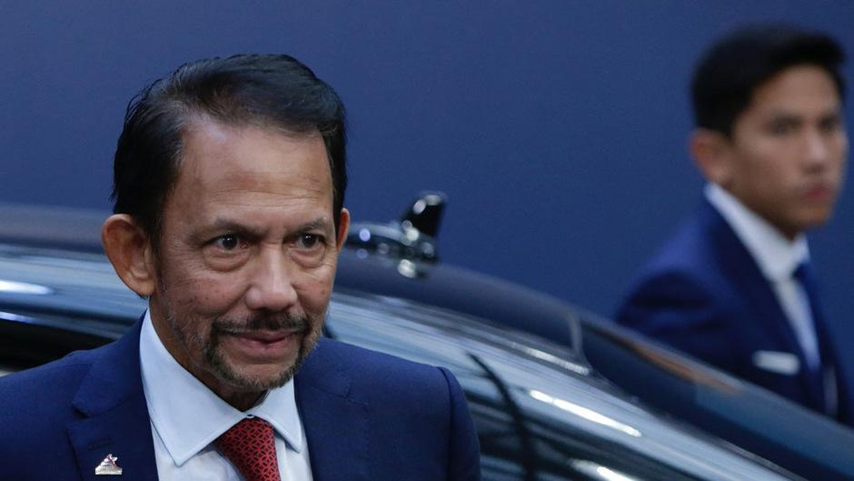 Der Sultan von Brunei, Hassanal Bolkiah (72), aufgrund der Ölvorkommen seines Landes einer der reichsten Männer der Welt, hat 2014 damit begonnen, die Scharia einzuführen.