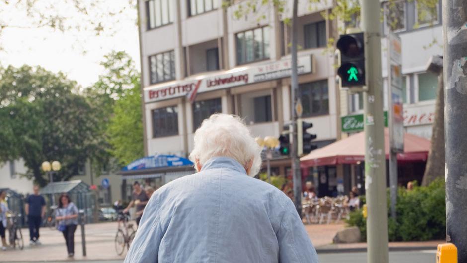 Wenn der Weg über die Straße zu lang bzw. die Grünphase der Ampel zu kurz wird, dann kann das ein Signal für Sarkopenie sein.