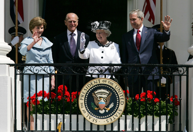 George W. Bush und seine Frau Laura bekamen im Weißen Haus Besuch von Elizabeth II. und ihrem Ehemann.