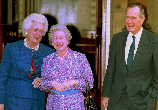 Zu Scherzen aufgelegt: Barbara und George Bush Senior mit der Queen.