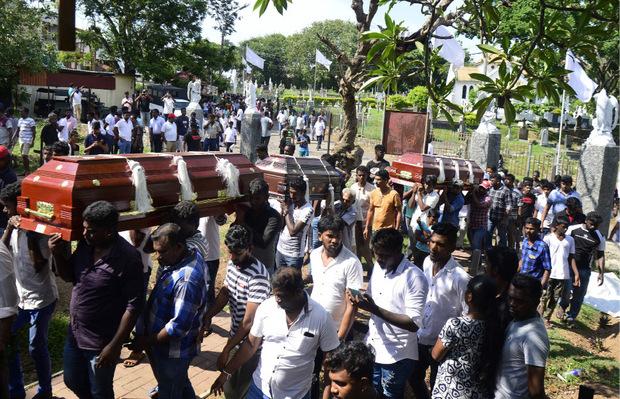 Särge mit Opfern der Anschläge werden beerdigt.