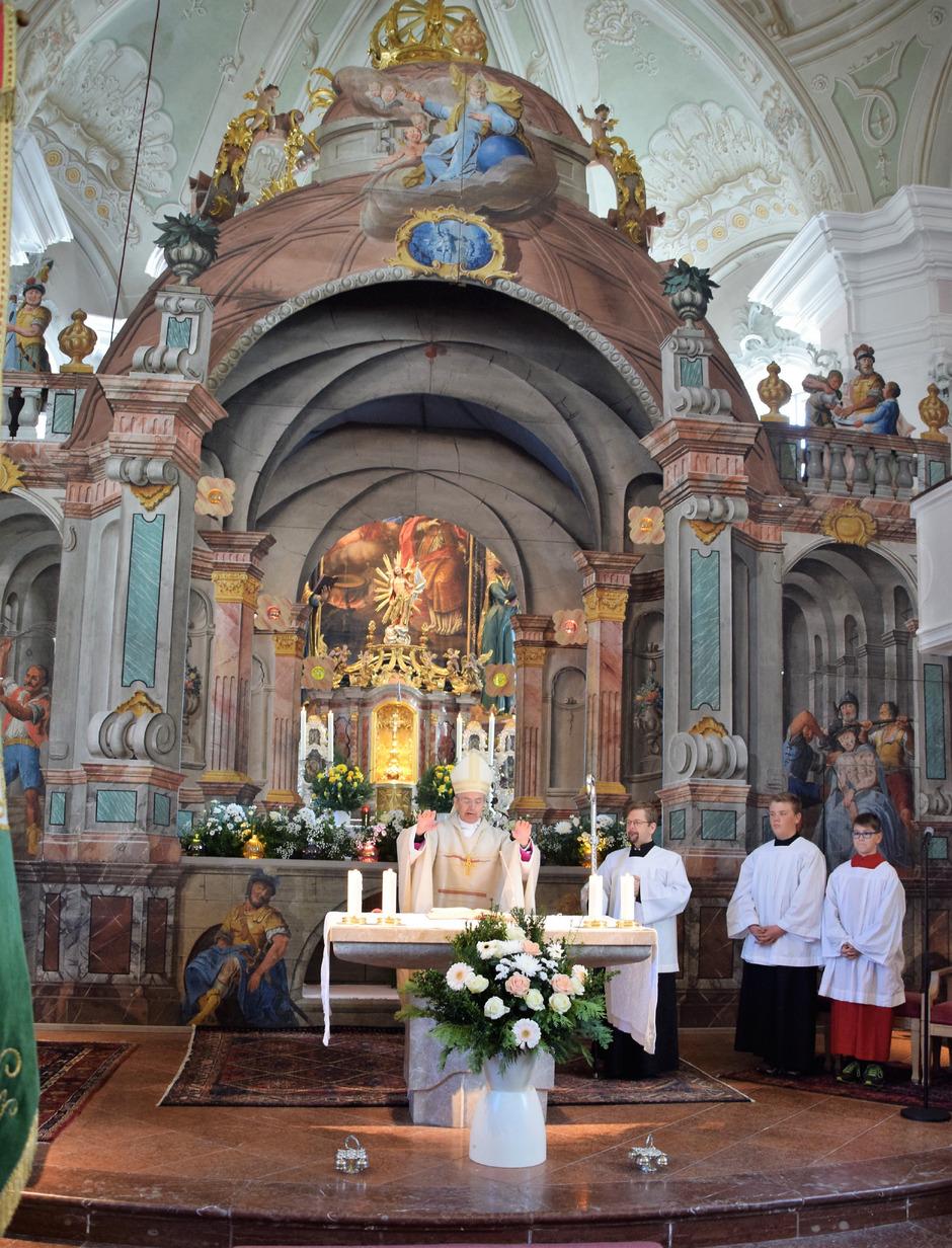 Segnung des restaurierten Ostergrabes in der Pfarrkirche Waidring durch Weihbischof Hansjörg Hofer.