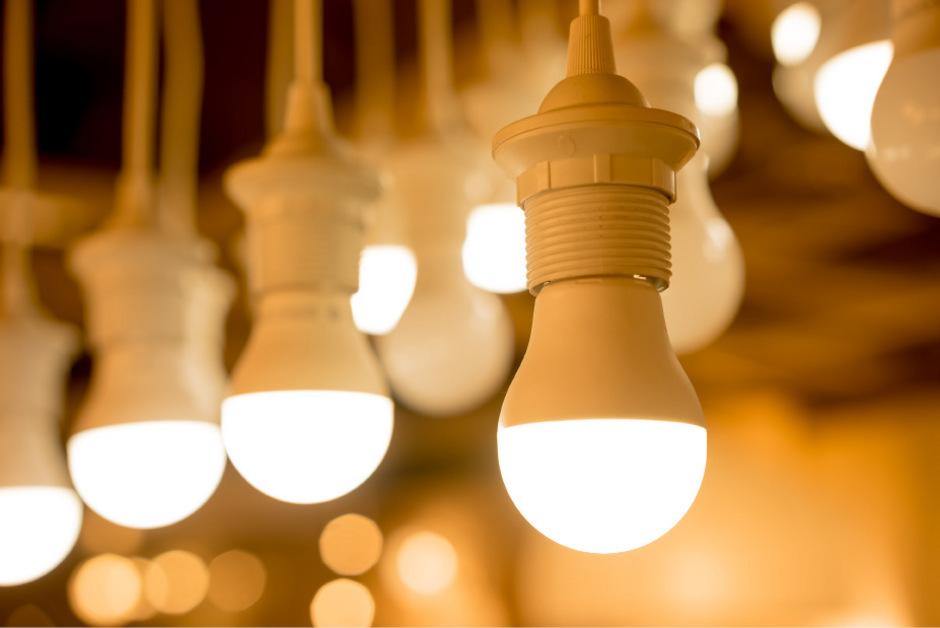 Mit dem neuen Leuchtstoff, den Innsbruck Forscher entwickelt haben,  lässt sich die Lichtausbeute von weißen LEDs um rund ein Sechstel steigern