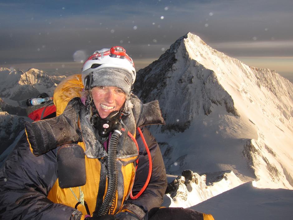 Billi Bierling erklomm als erste Deutsche den Mount Everest (im Hintergrund) über die Südroute.