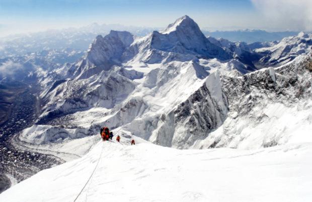 Imposant überragt der höchste aller Berge die Himalaya-Gipfel.