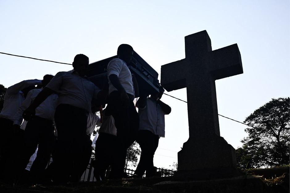 Opfer der Bombenanschläge werden in Sri Lanka zu Grabe getragen.