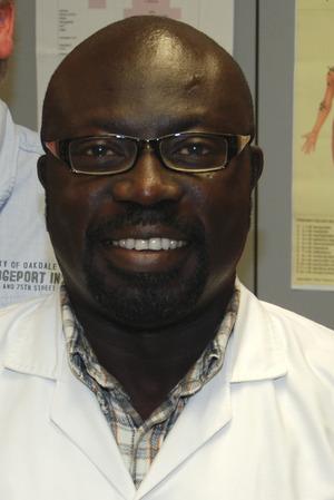 Arzt Richard Antwi lädt zur Diskussion mit der Bevölkerung.