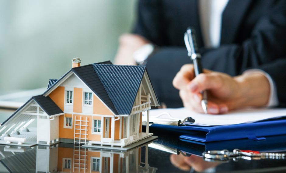 Wenn eine Immobilie den Besitzer wechselt, ist meist viel Geld im Spiel. Da sollte man beim Kaufvertrag kein Risiko eingehen.