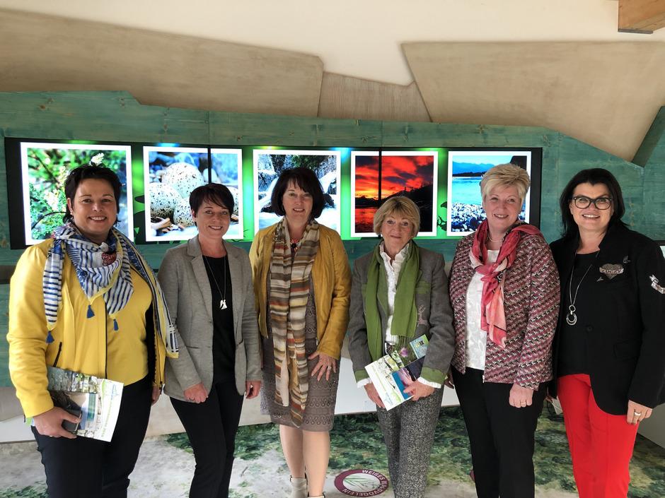 Trafen sich zum Austausch im Naturparkhaus: BM Michaela Waldmann, LTP Sonja Ledl-Rossmann, LR Maria Rita Zinnecker, STR Ursula Lax, LA Angelika Schorer und NR Liesi Pfurtscheller (v.l.).