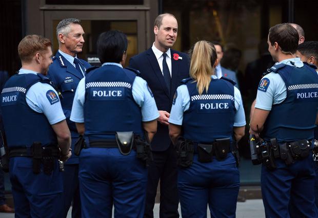 In Christchurch kam Prinz William mit Polizisten und Rettungskräften ins Gespräch.
