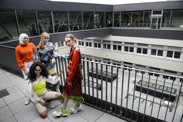 Die Schülerinnen Ahsenisa, Valentina, Sophia und Lia (v.l.) präsentierten bei der Eröffnungsfeier die Abschlusskollektion der Modeklasse.