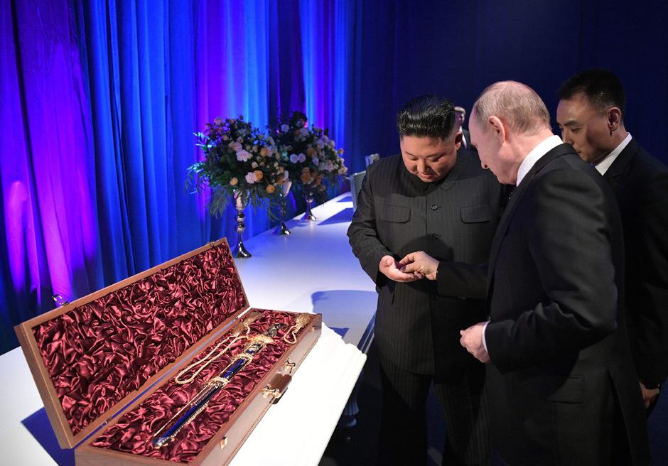 Nach den politischen gesprächen tauschten Kim Jong-un und Wladimir Putin Geschenke aus.
