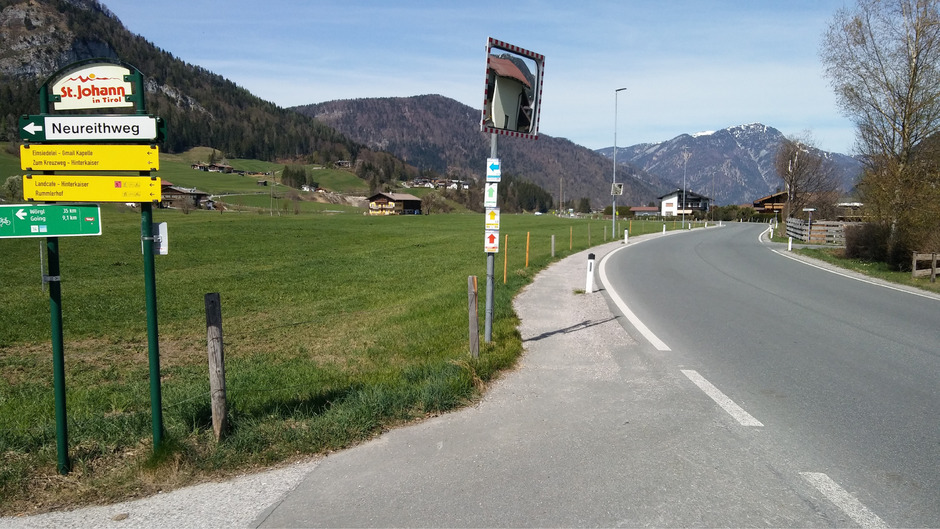 """Bei """"Bärnstetten"""" ist nur ein Schotterweg als Gehweg ausgewiesen, der gehört laut Gemeinderätin Maria Strele asphaltiert."""