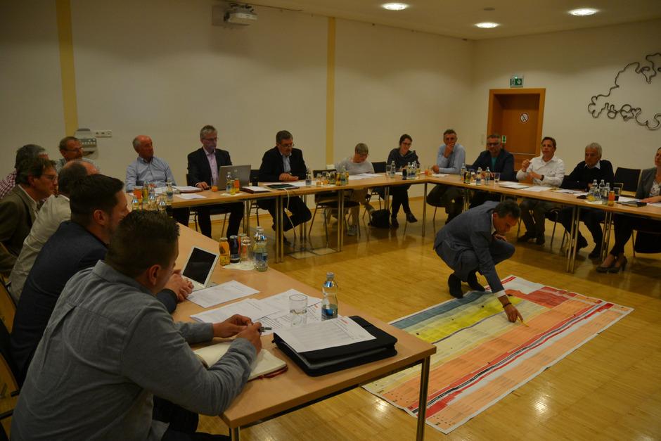 Communalp-GF Walter Peer ging vor den Gemeinderatsmitgliedern fast auf die Knie, um ihnen die weiteren Projektentwicklungsschritte für die drei Vorhaben vor Augen zu führen.