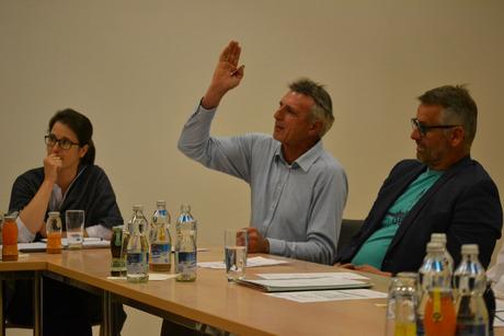 GR Christoph Widmann (Bürgermeisterliste, links) bei der Debatte.