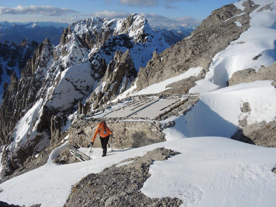 Nach den Sturmnächten im vergangenen Oktober war die Linderhütte ohne schützendes Blechdach und dem hochalpinen Winter folglich schutzlos ausgeliefert.