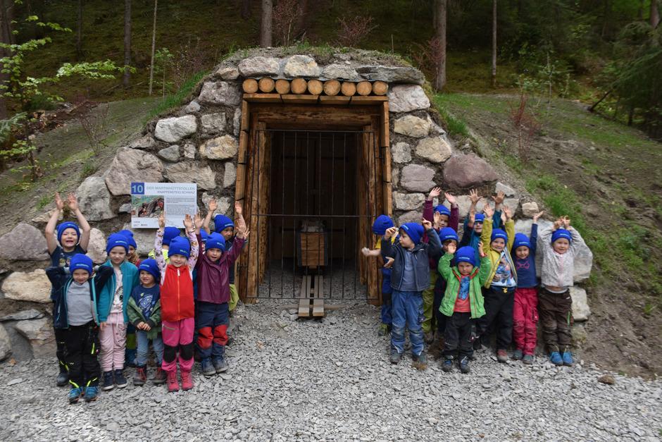 Die Kleinen des Waldkindergartens auf Entdeckungstour.