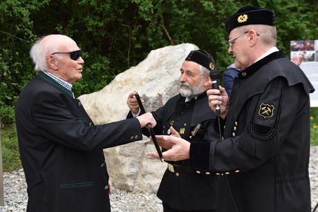 Max Ciresa erhielt ein Knappen-Ehrenzeichen von Peter Gstrein und Gerhard Werth.