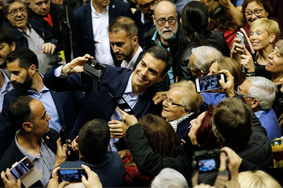 """Spaniens sozialistischer Premier Pedro Sánchez umschwärmt im Wahlkampf. Er trägt den Beinamen """"el guapo"""" (der Hübsche)."""