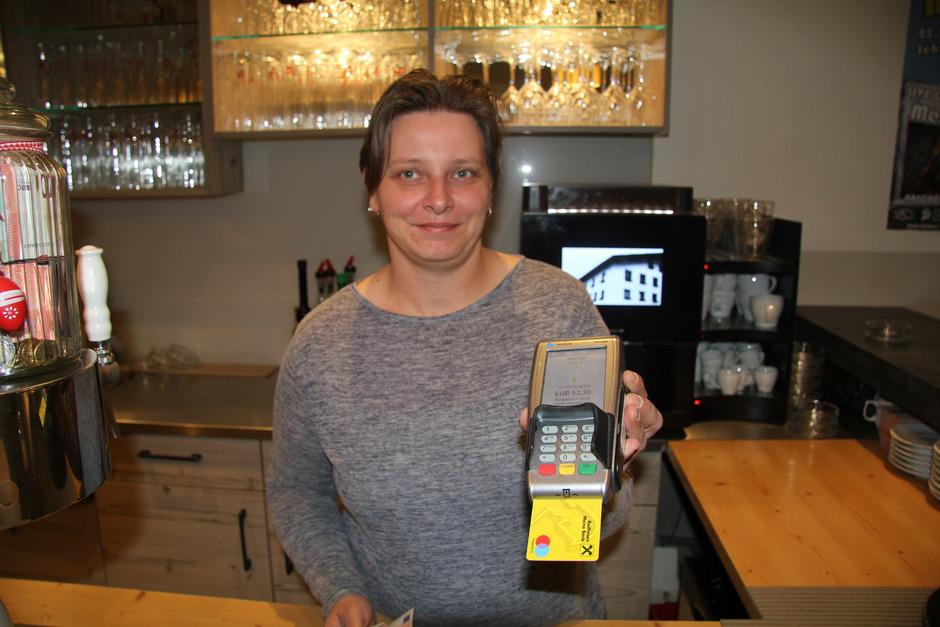 Die Wirtin im Gasthof Maultasch, Peggy Wallgram, serviert seit Kurzem zum Kaffee auch Bargeld.