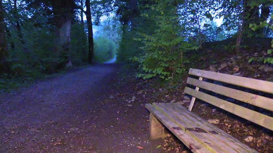 Der Fundort eines schwerverletzten Mannes in Dornbirn am Samstag. Im Bereich eines Betriebsgeländes beim Bahnhof Dornbirn-Haselstauden fand die Polizei eine leblose Person mit massiven Bauchverletzungen vor.