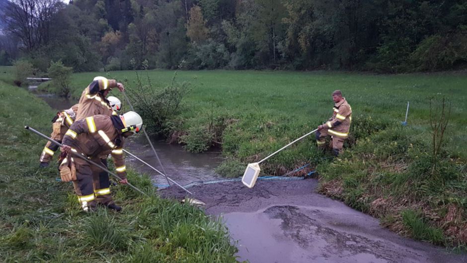 """Die Feuerwehr Niederndorf konnte durch eine Ölsperre verhindern, dass der Diesel in den sogenannten """"Gießen"""" rann."""