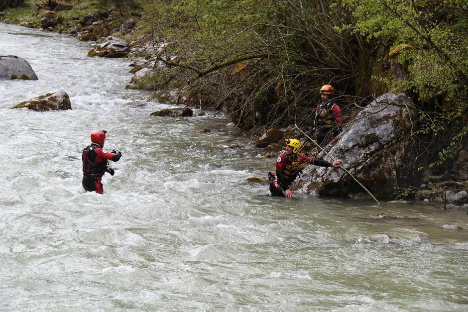 Einsatzkräfte suchen die Brandenberger Ache nach dem vermissten 25-jährigen Mann aus Ungarn ab.