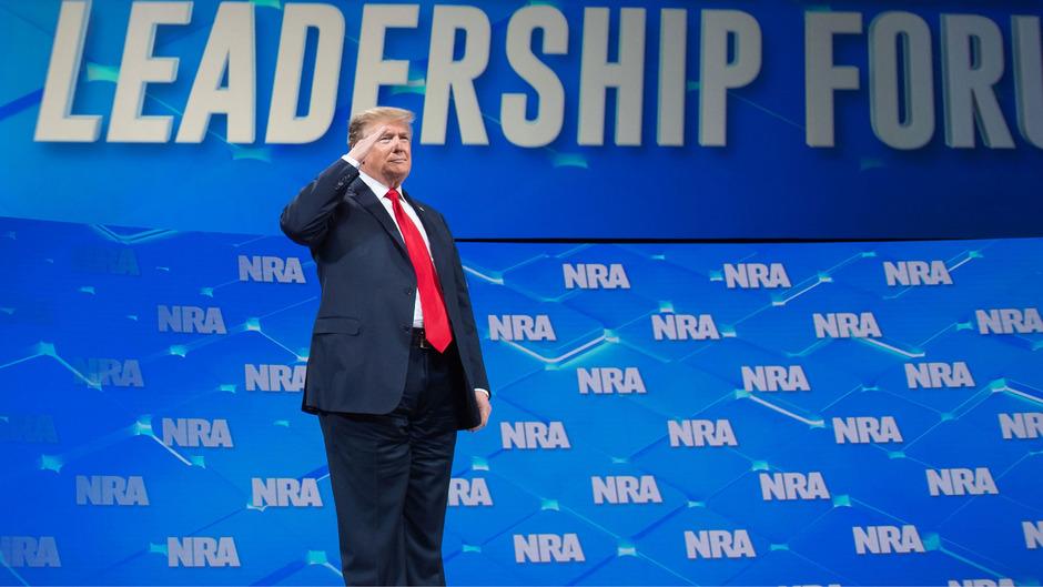 Die NRA hatte nach Informationen des Senders CNN im Wahljahr 2016 mehr als 30 Millionen Dollar an Spenden für das Wahlkampflager Trumps zusammengetragen.
