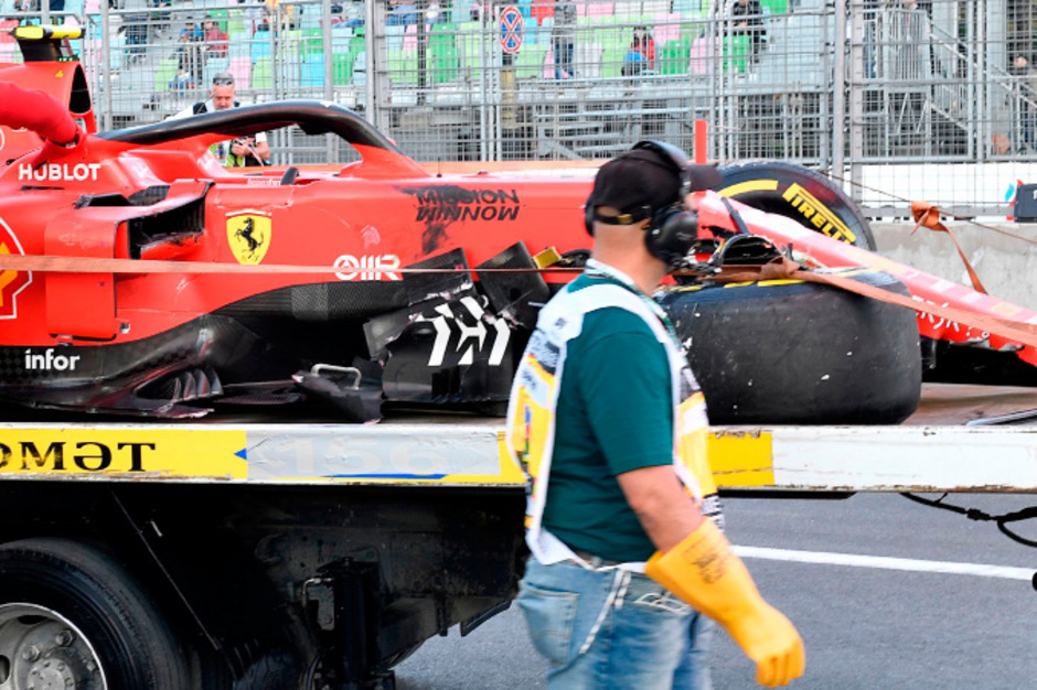Der demolierte Ferrari-Bolide von Charles Leclerc musste in die Garage abtransportiert werden.