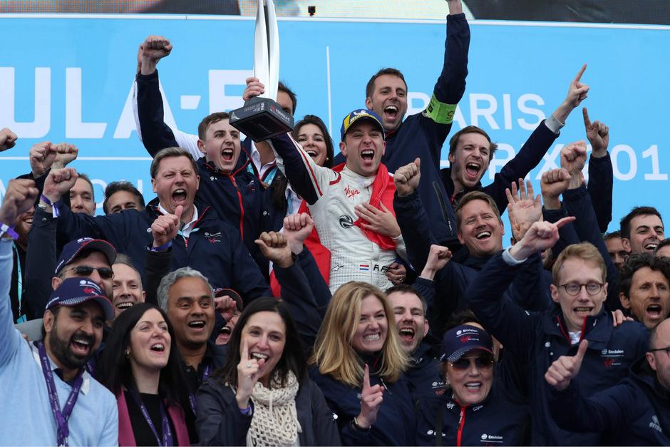 Robin Frijns feierte mit seinem Team den Sieg in Paris.