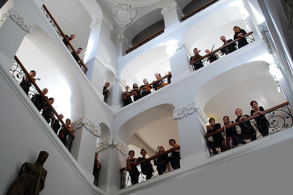 "Das Tiroler Orchester ""Sonarkraft"" tritt mit dem Kalser Tenor Wilfried Rogl am Freitag, den 3. Mai, im Stadtsaal Lienz auf."