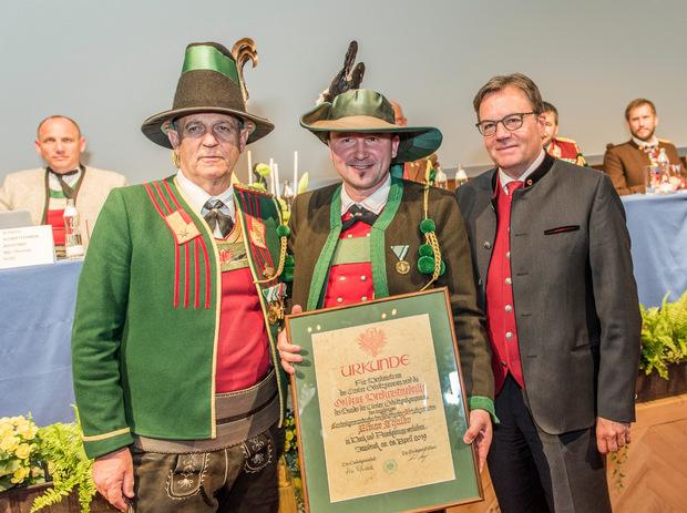 Landeskommandant Fritz Tiefenthaler (l.) und LH Günther Platter (r.) zeichneten den ehemaligen Landeskommandanten des Südtiroler Schützenbundes mit der Goldenen Verdienstmedaille des Bundes der Tiroler Schützenkompanien aus.