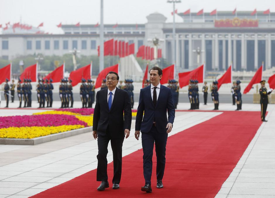 Chinas Premier Li Keqiang und Bundeskanzler Sebastian Kurz beim Empfang mit militärischen Ehren gestern in Peking.