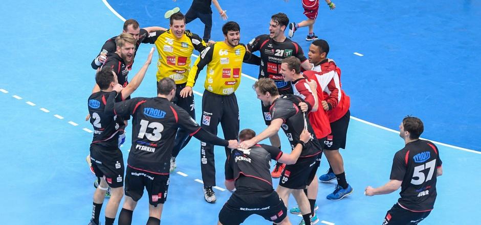 Sparkasse Schwaz Handball Tirol fügte Hard die erste Viertelfinal-Niederlage der Geschichte zu. Morgen (19 Uhr) steigt Spiel zwei.