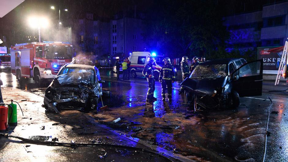 Ein Lenker schwebte nach dem Unfall in Innsbruck in Lebensgefahr.