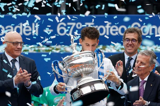 Küsschen für den Siegerpokal: Thiem kassierte für den Barcelona-Sieg rund 500.000 Euro.