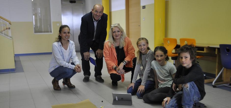 """Gemeinsam mit Lehrerin Pia Hatapoglu (l.) und Direktorin Elke Huber verfolgte BM Arno Guggenbichler, wie die Eichater Volksschüler ein """"Mondfahrzeug"""" programmierten und dieses sogar schreiben ließen."""