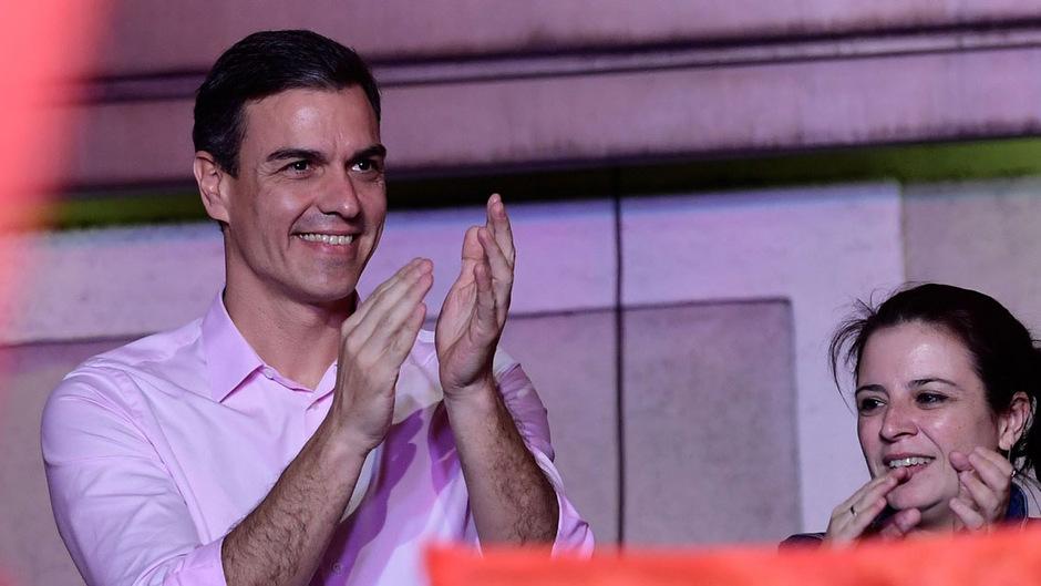Der spanische Ministerpräsident Pedro Sanchez steht nach dem klaren Sieg seiner Sozialisten bei der Parlamentswahl vor einer schwierigen Regierungsbildung.