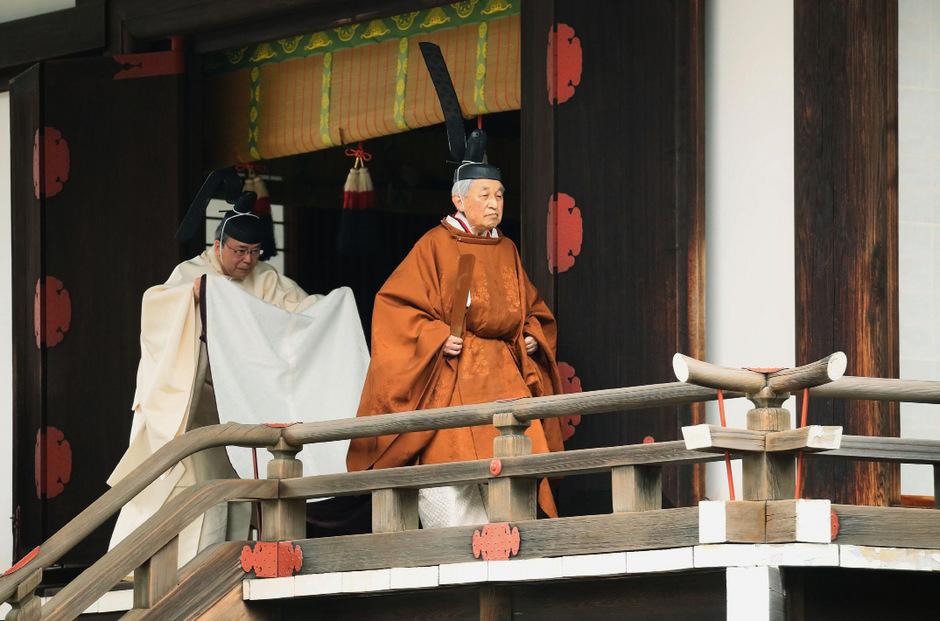 Gekleidet in der modernen Version einer jahrhundertealten höfischen Tracht vollführte der 85 Jahre alte Monarch in den Schreinen seines Palastes religiöse Riten.