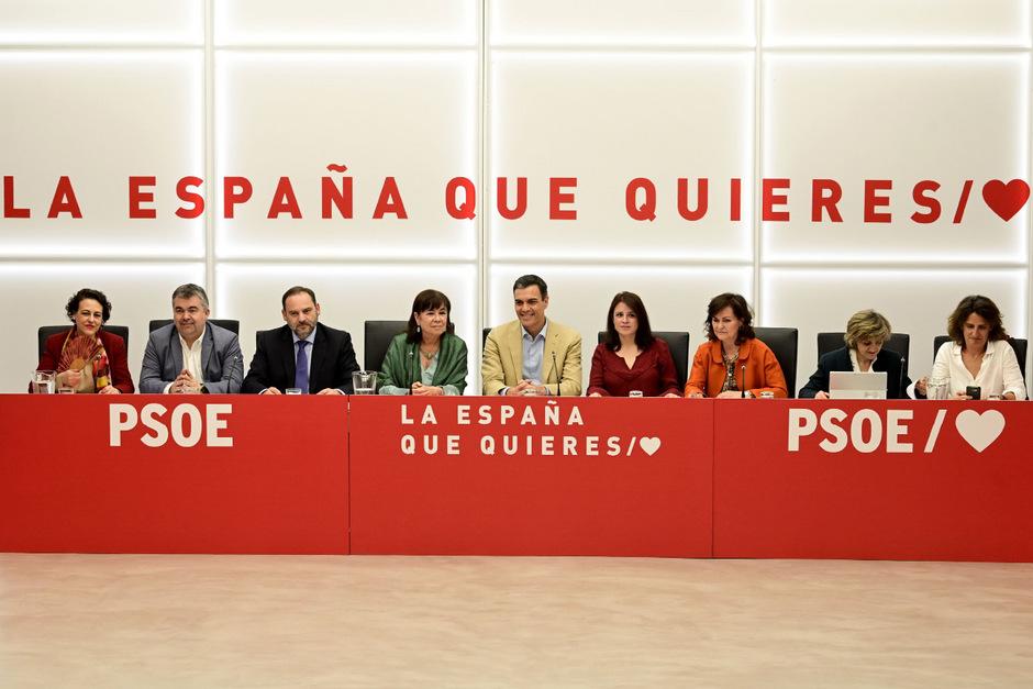 """Die Sozialisten (PSOE) mit Regierungschef Pedro Sanchez fühlen sich durch nun 123 statt 85 Mandate legitimiert, """"das Regierungsruder alleine in die Hand zu nehmen""""."""