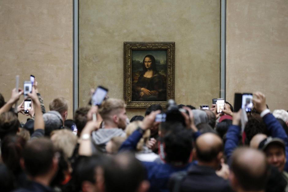 """Um 1503 malte Leonardo """"La Gioconda"""", die als Mona Lisa zu den meistfotografierten Werken im Louvre zählt. 2018 lockte das Bild mehr als 9 Millionen Besucher in das Pariser Museum."""
