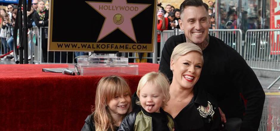 Sängerin Pink mit ihren zwei Kindern und Ehemann Carey Hart.