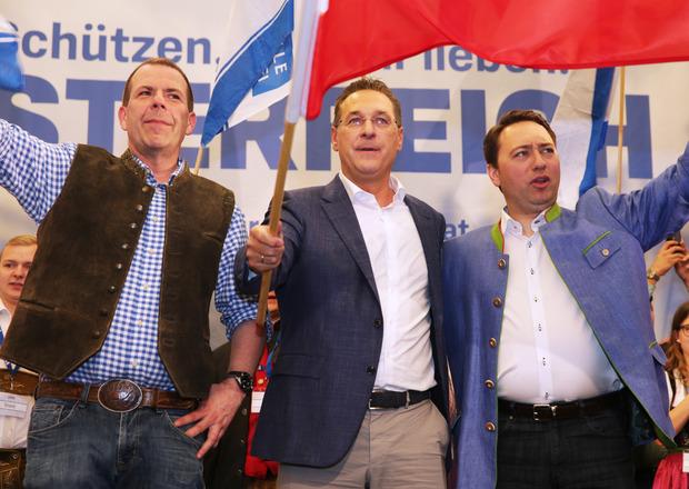 Manfred Haimbuchner, Heinz-Christian Strache und Harald Vilimsky bei der Kundgebung in Linz.