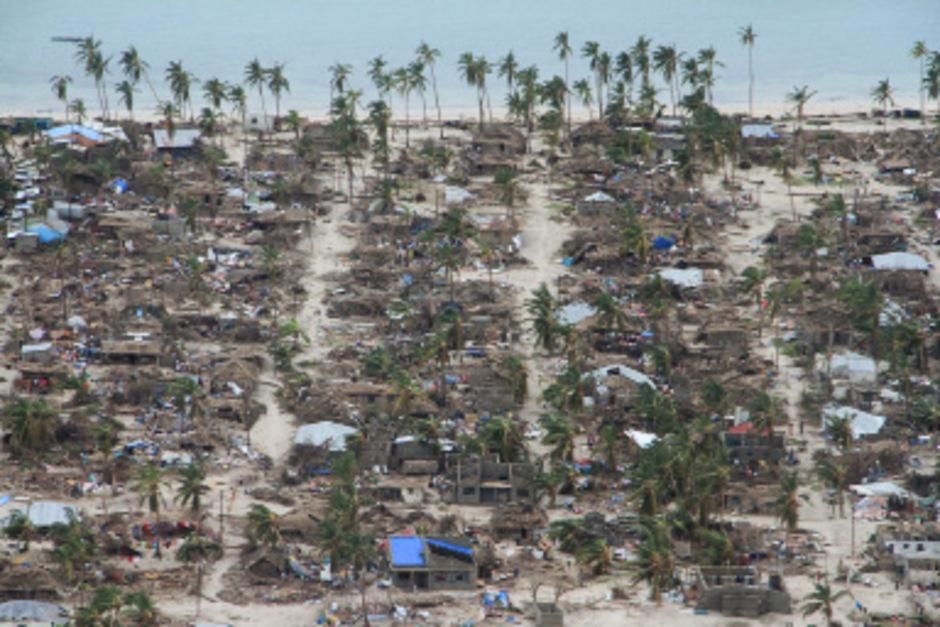 Manche Ortschaften sehen aus der Luft aus, als seien sie von einem Bulldozer zerstört worden. (Im Bild: Distrikt Macomia)